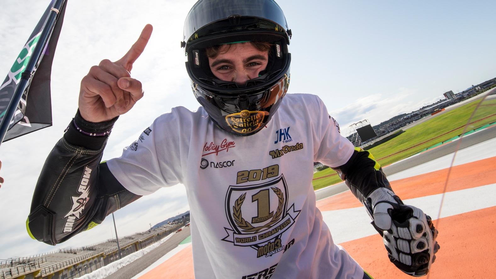 Jeremy Alcoba se proclama campeón del mundo junior de Moto3 ganando en Valencia