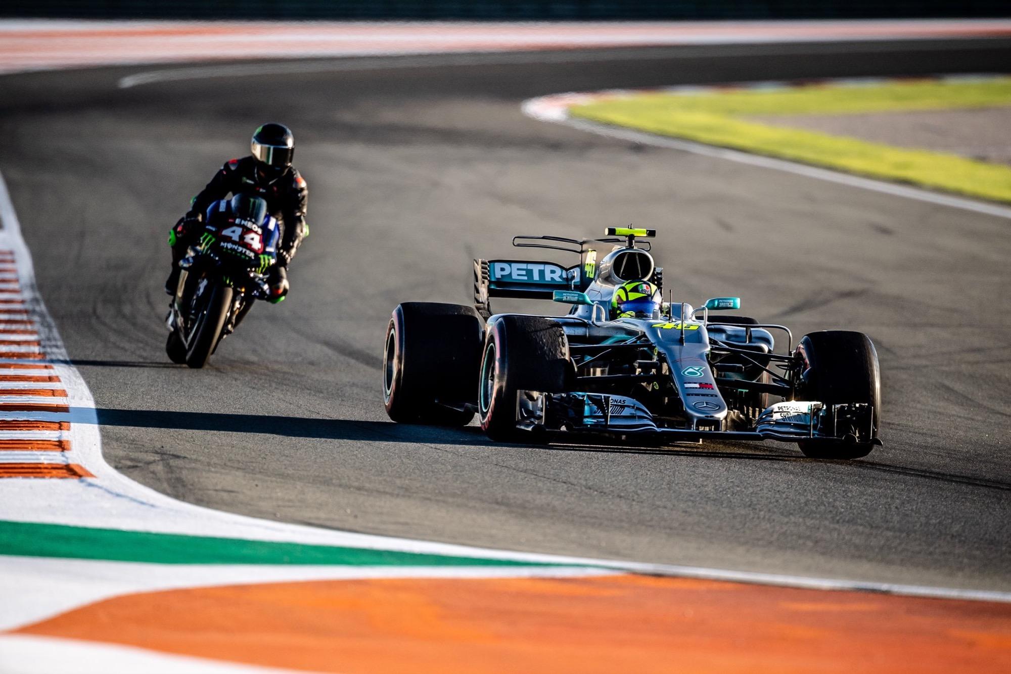 Valentino Rossi vuelve a subirse a un Formula 1… ¡y Lewis Hamilton a la Yamaha de MotoGP!