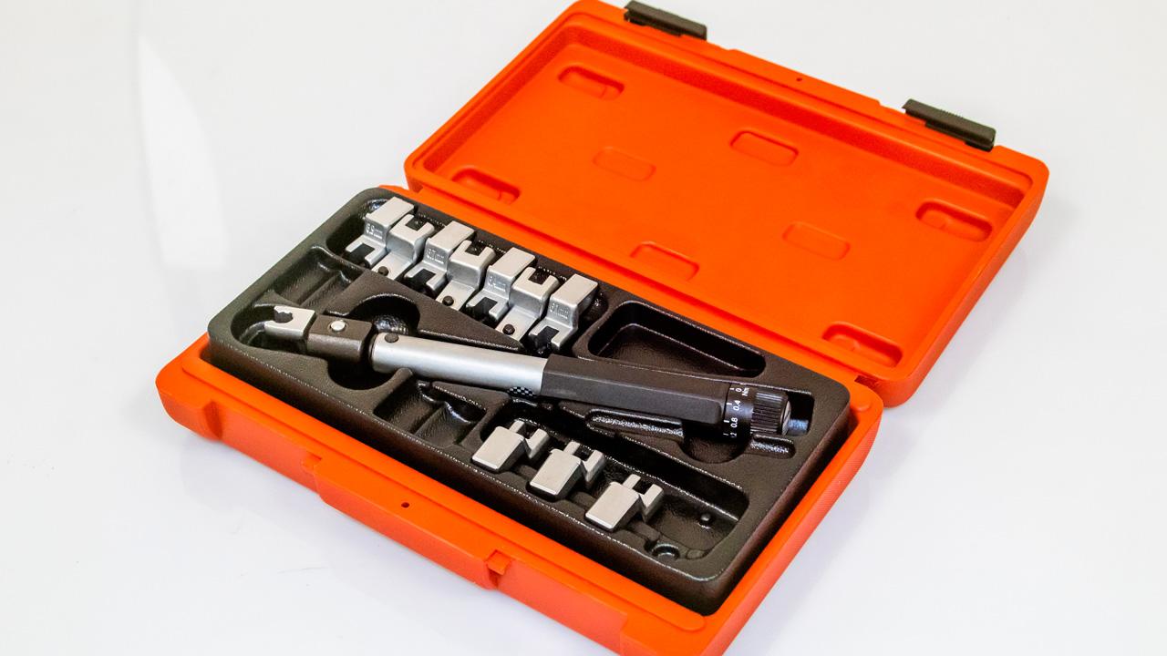 Llave de radios dinamométrica, herramienta especial