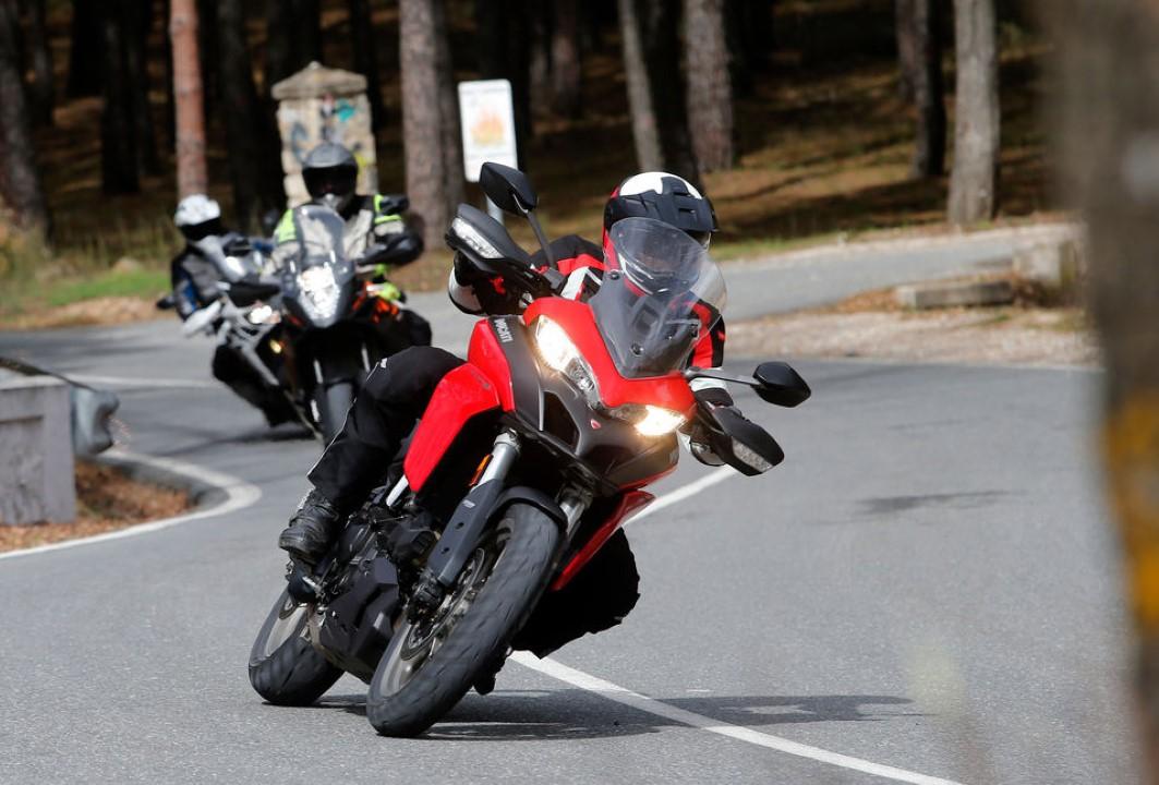 Casco en moto con espacio de copia. | Foto Premium