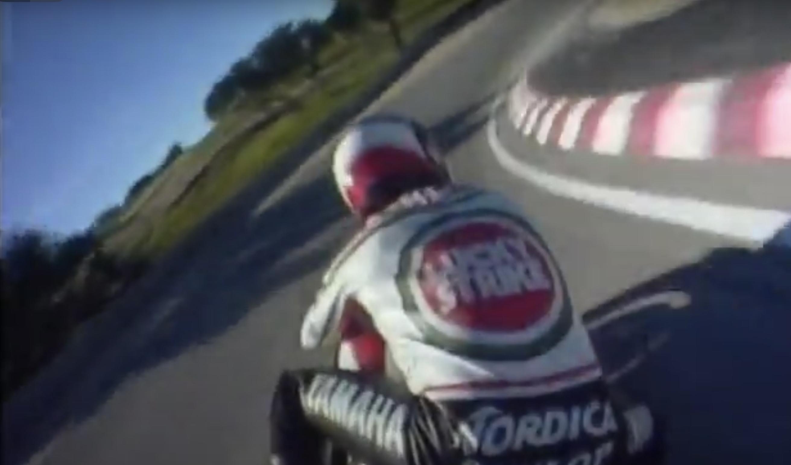 Kenny Roberts sobre la Yamaha 500cc en Laguna Seca en gloriosa tercera persona