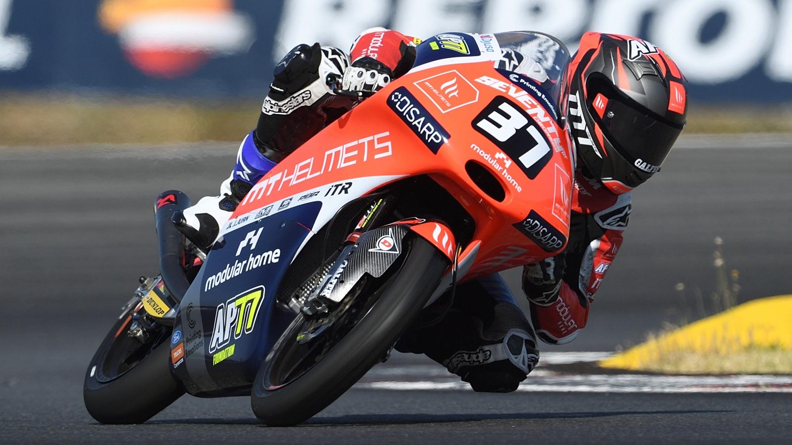 Pedro Acosta vence a Xavi Artigas en Portimao y se pone líder del Mundial Junior de Moto3
