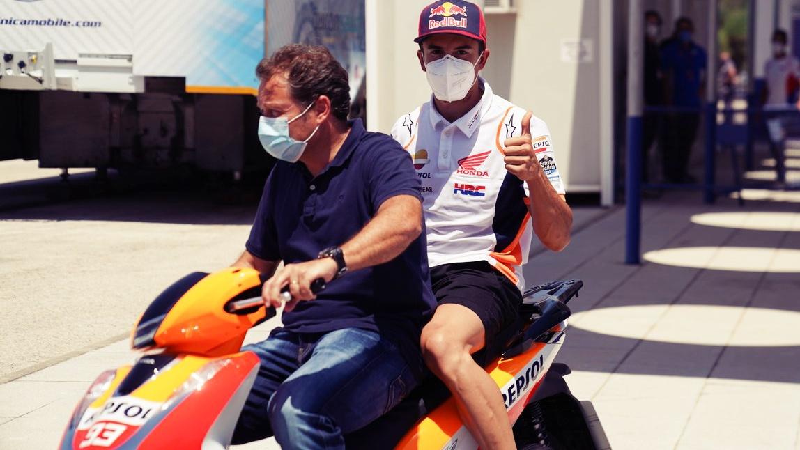 Marc Márquez recibe el apto de los médicos para correr el GP de Andalucía en Jerez