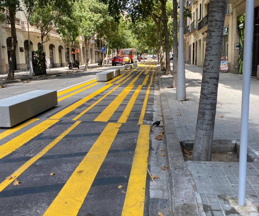 ¡Riesgo! Barcelona y el peligro de ir en moto entre bloques de hormigón y pintura deslizante