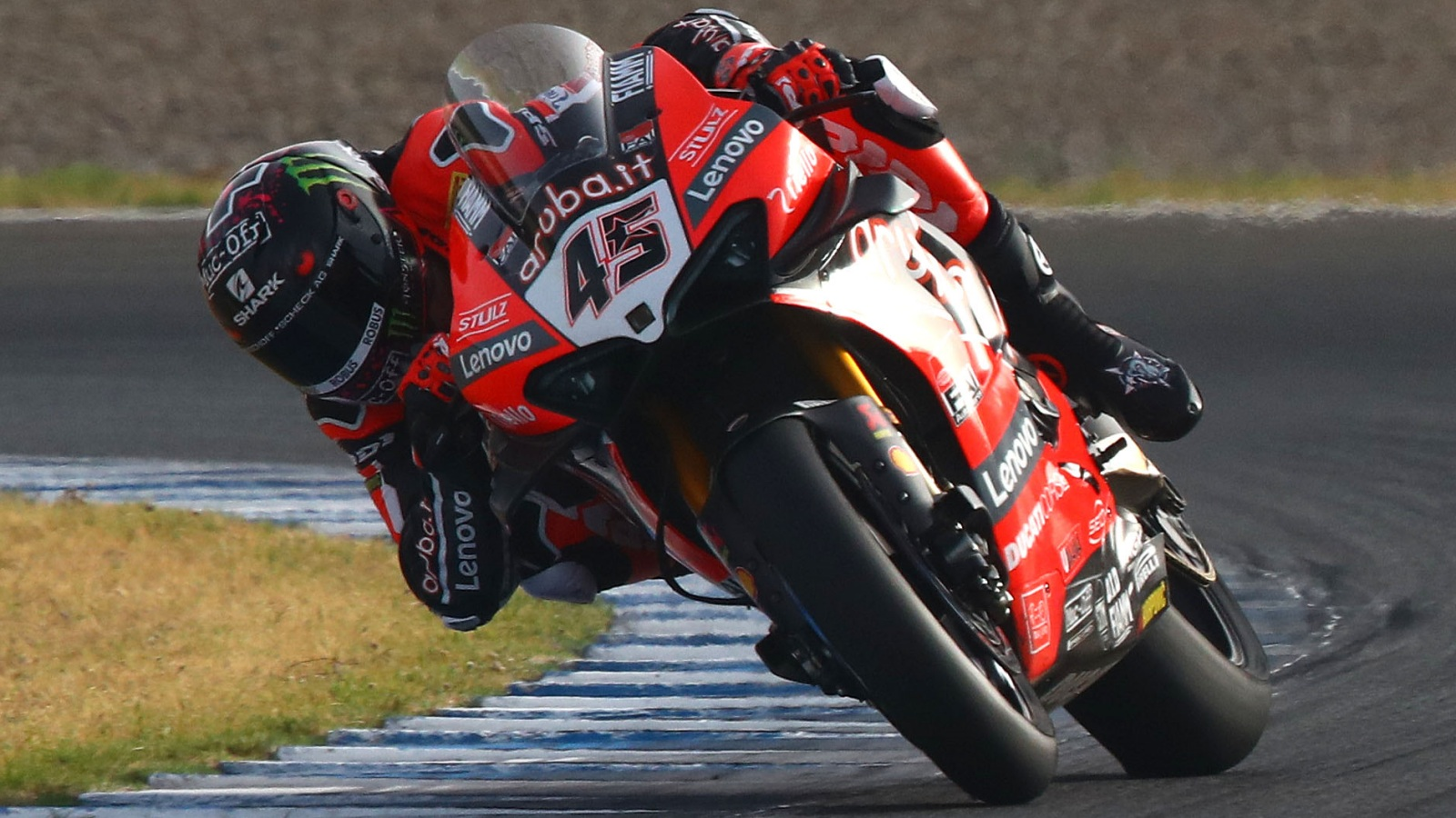 Scott Redding logra su primera victoria en Superbike batiendo a Jonathan Rea en Jerez