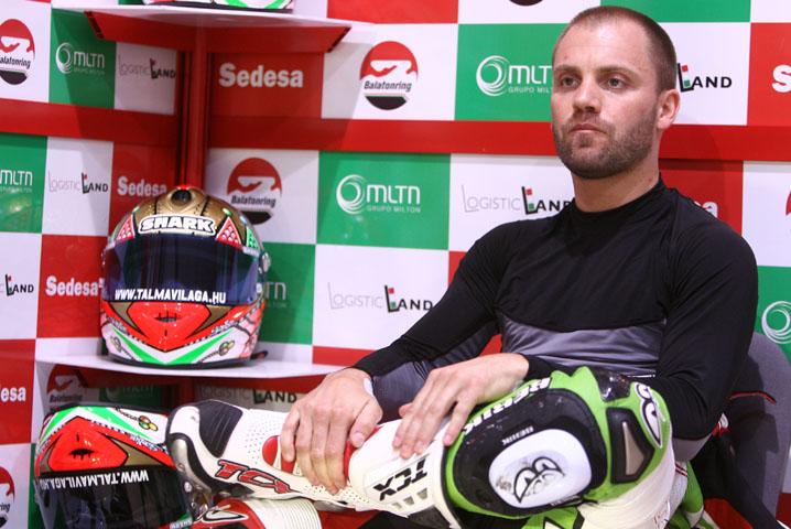 Ángel Rodríguez se sube en la moto de Gabor Talmacsi en el GP de Francia