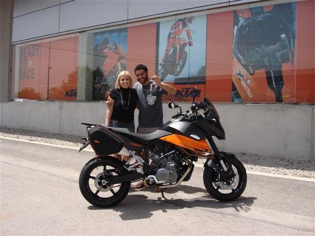 Iván Cervantes recibe una KTM 990 SM T