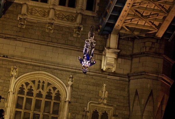 Vídeo: Maddison hizo temblar el Tower Bridge de Londres