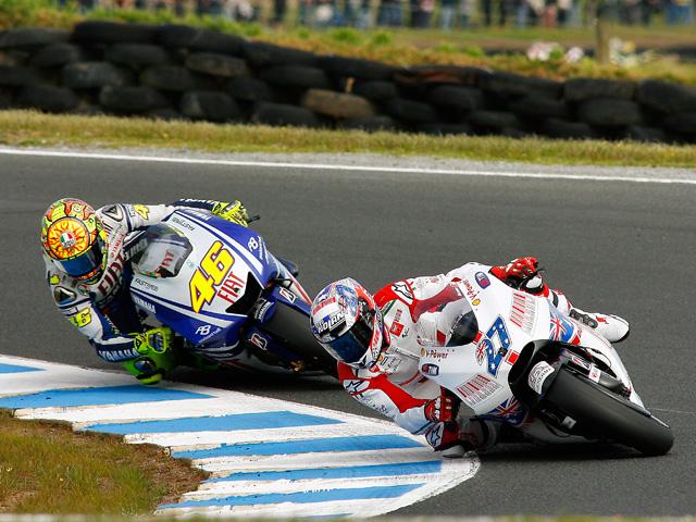 Stoner se impone en el GP de Australia a Valentino Rossi. Caída de Lorenzo
