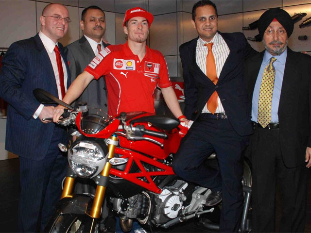 Nicky Hayden en el Ducati Showroom de India