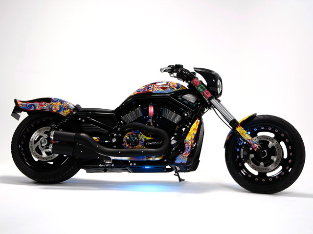 Harley Davidson Night Road Special vestida por Custo