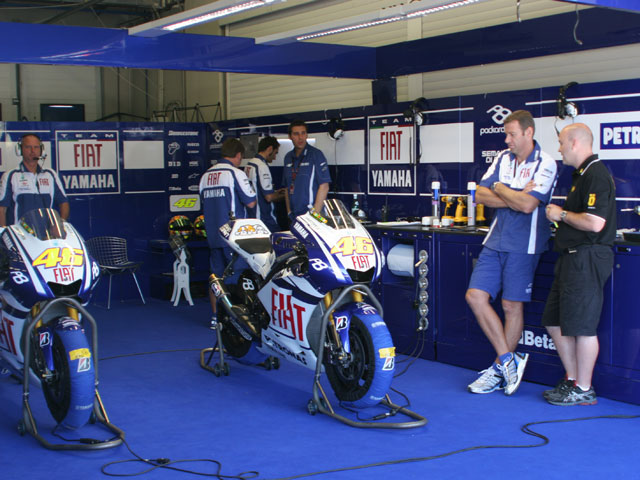 En el box de Rossi y Lorenzo