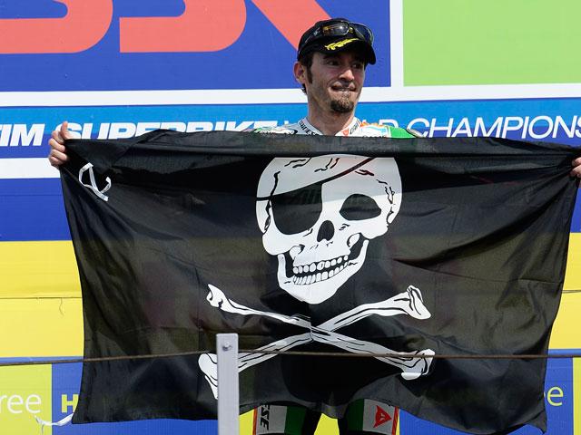 Max Biaggi, victoria y liderato en el Mundial de Superbike