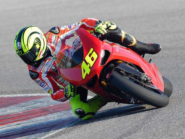 Valentino Rossi rueda con la Ducati 1198 en Misano