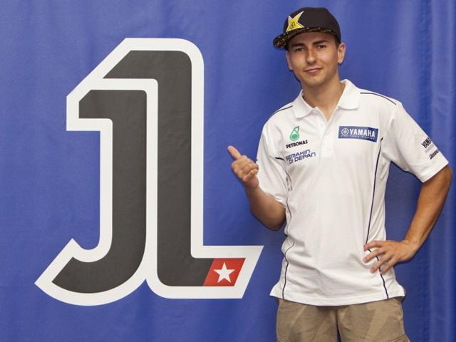 Jorge Lorenzo muestra su número 1