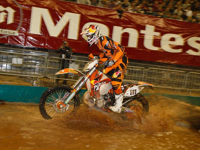 Tadeusz Blazusiak gana el Enduro Indoor de Barcelona