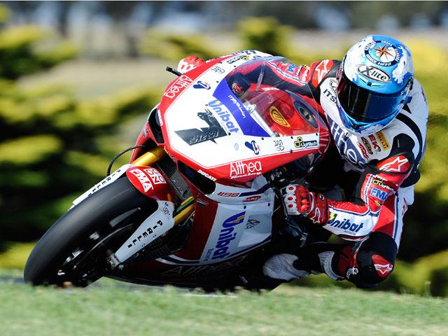 Carlos Checa domina los entrenamientos oficiales en Australia