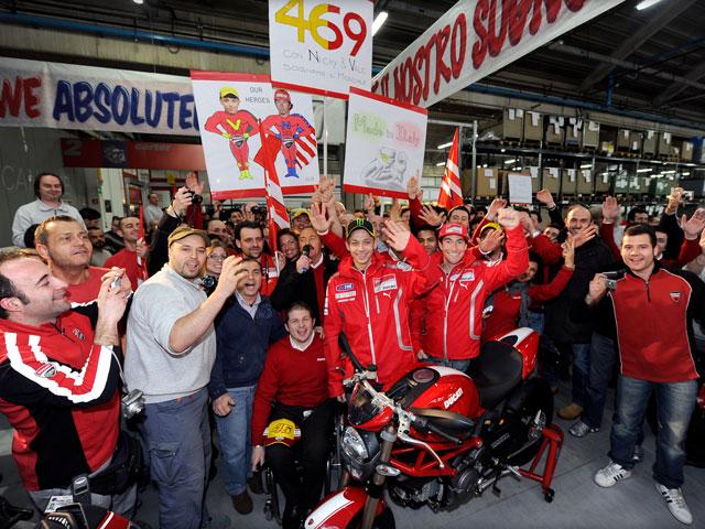 Vídeo. Rossi y Hayden presentan su equipo a los ducatistas