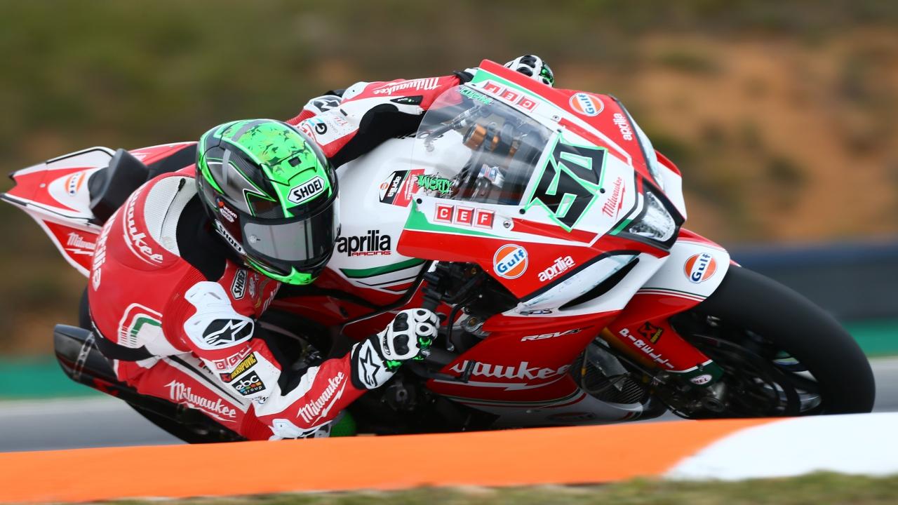 Alex Lowes logra su primer triunfo en Superbike tras las caídas de los favoritos
