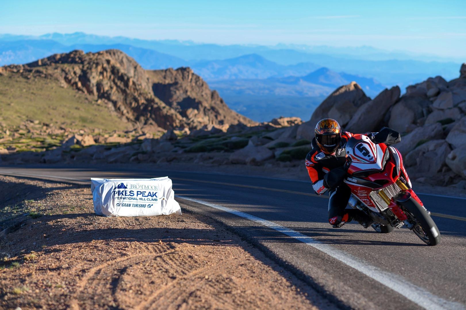 Carlin Dune sobre la Ducati MTS1260 Pikes Peak 2018