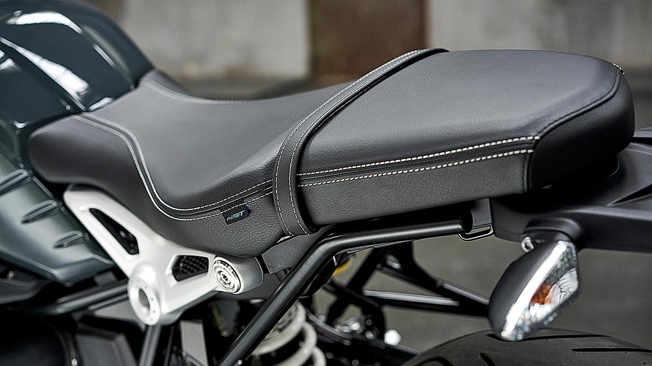 BMW ha desarrollado varias asientos para la R nineT. También se puede desmontar la parte trasera del subchasis y convertirla en monoplaza.