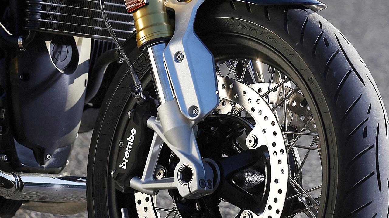 Desde el año pasado, la horquilla invertida se asemeja mucho a la de la superbike S 1000 RR y permite ser regulada en tres vías.