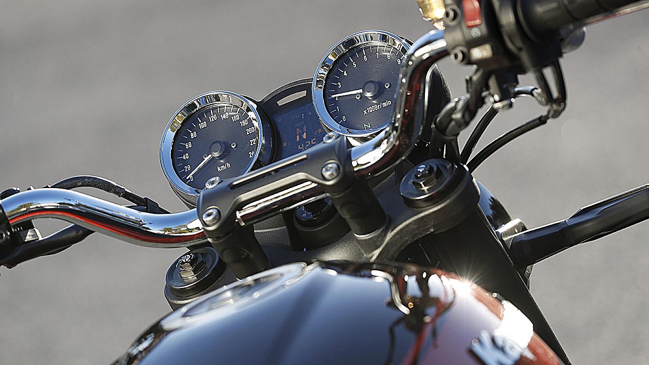 La instrumentación recuerda a la Z1 original, pero incluye un panel digital entre las dos esferas analógicas.
