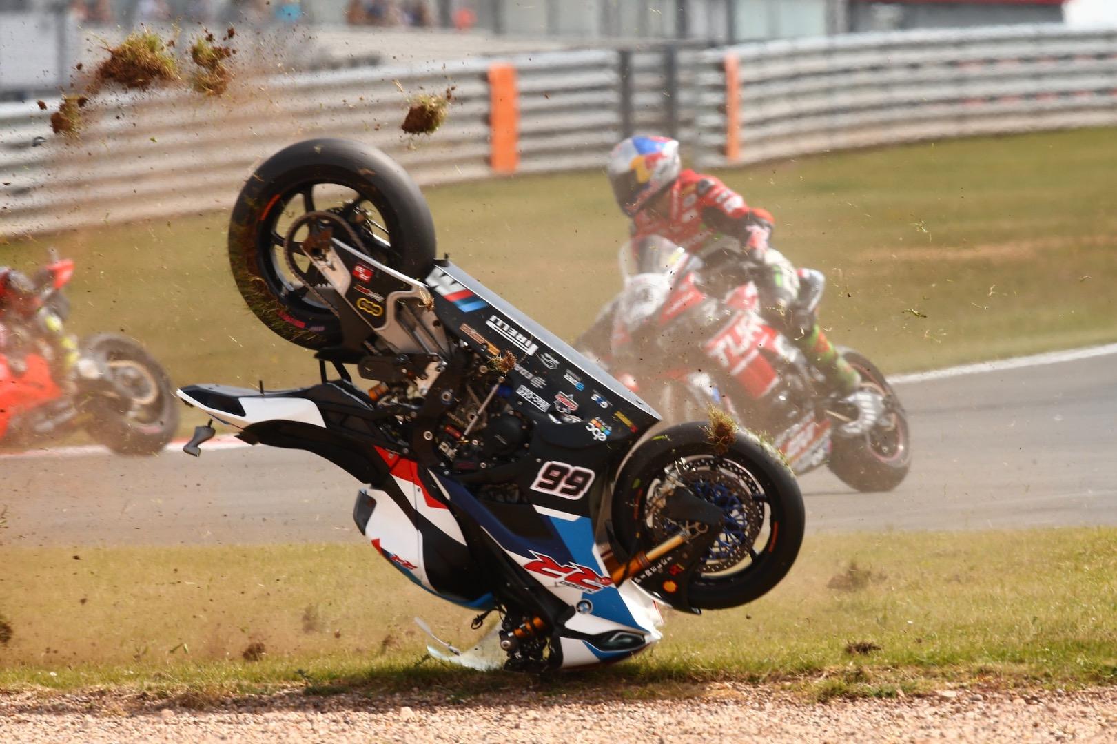Caída Tom Sykes en la Superpole Race de Donington Park