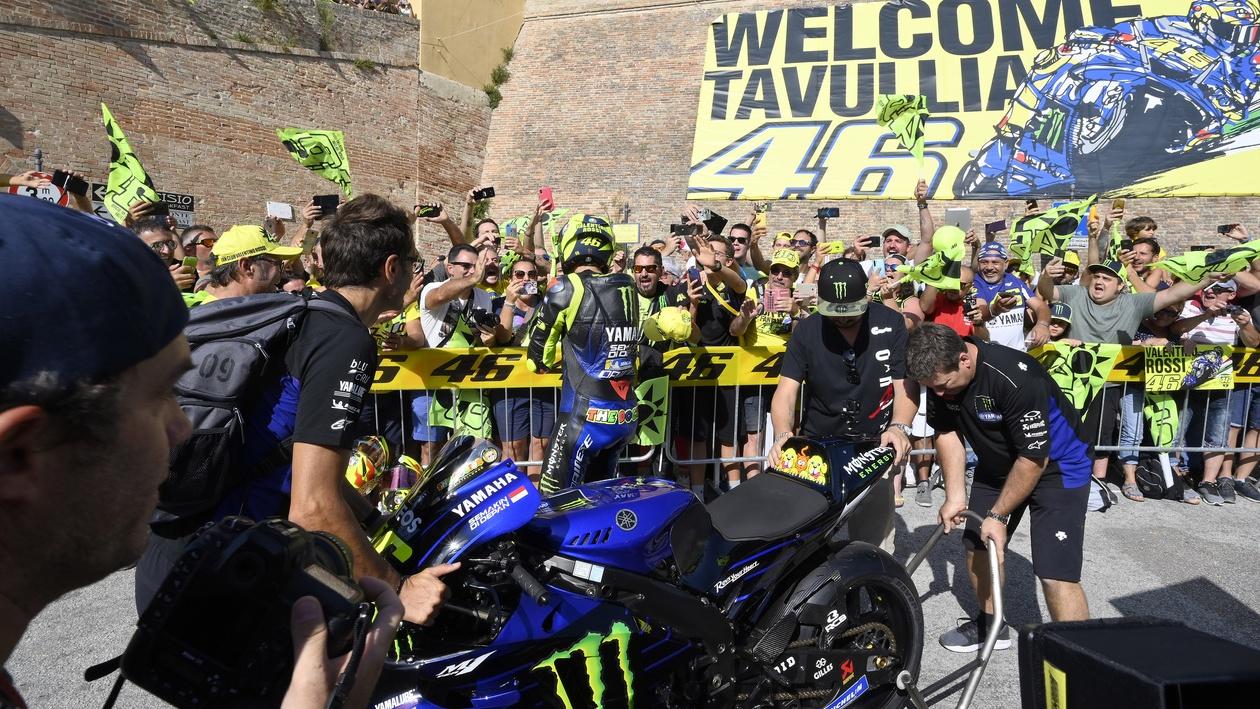 Valentino Rossi con la Yamaha YZR-M1 en Tavullia