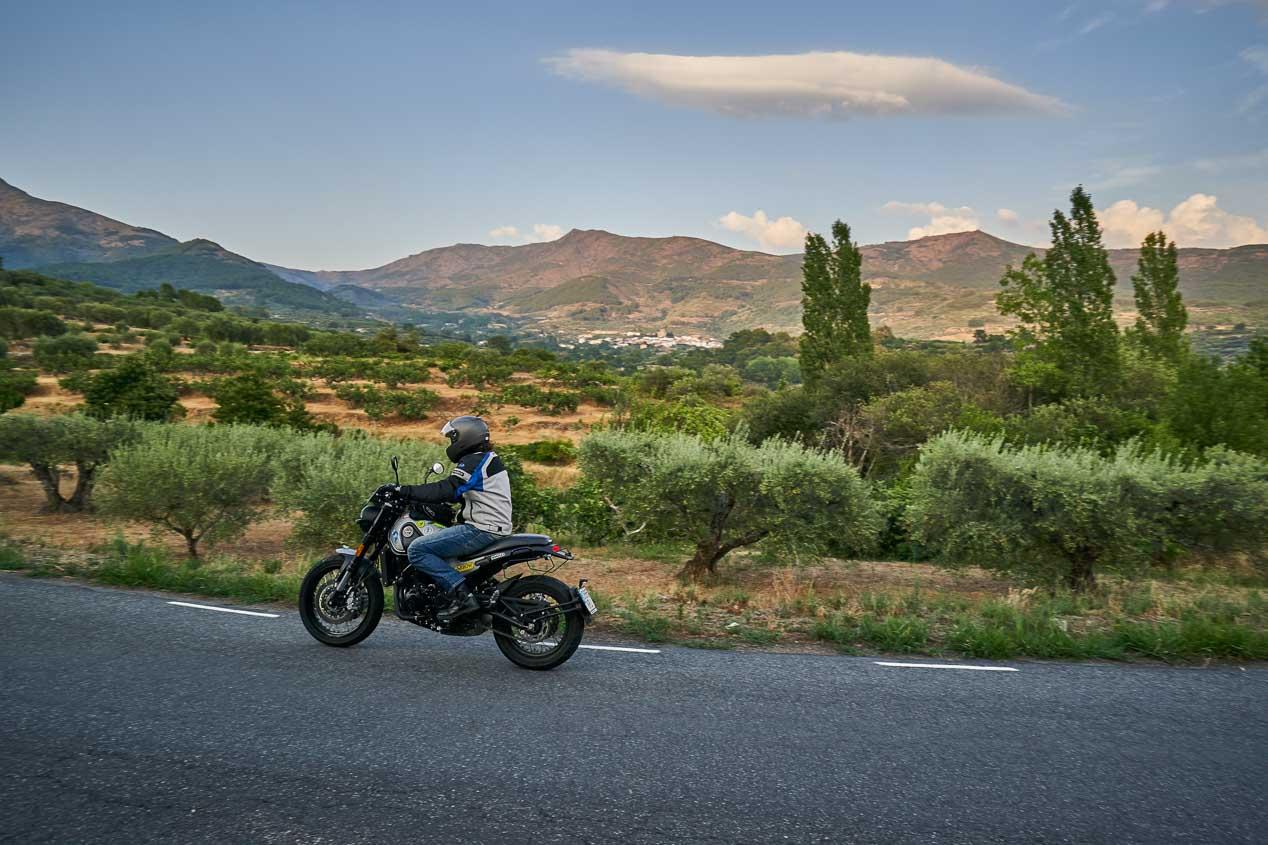 Ruta por Gredos con la Benelli Leoncino Trail