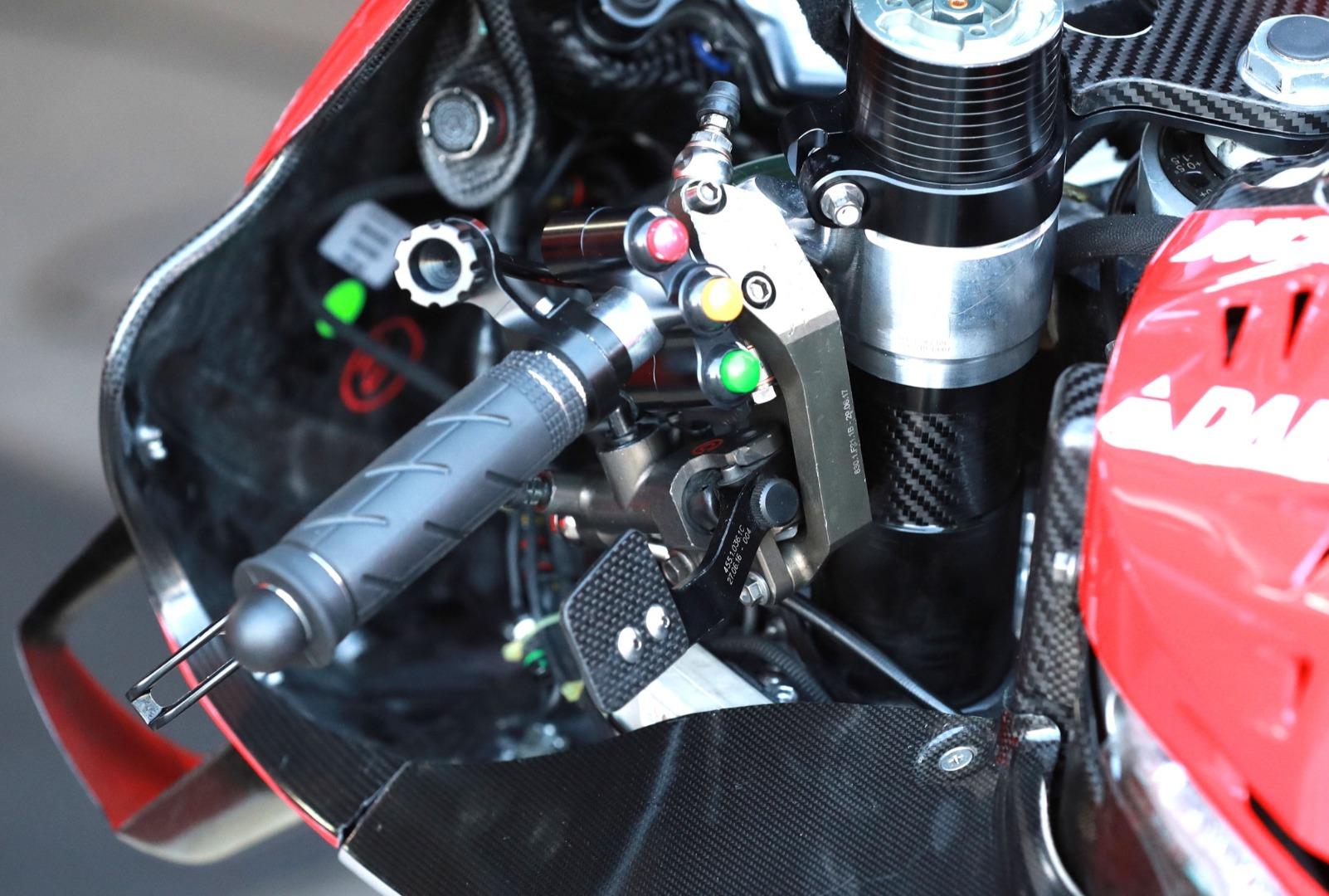 Ducati GP20 - Detalle de la palanca de freno trasero en el pulgar