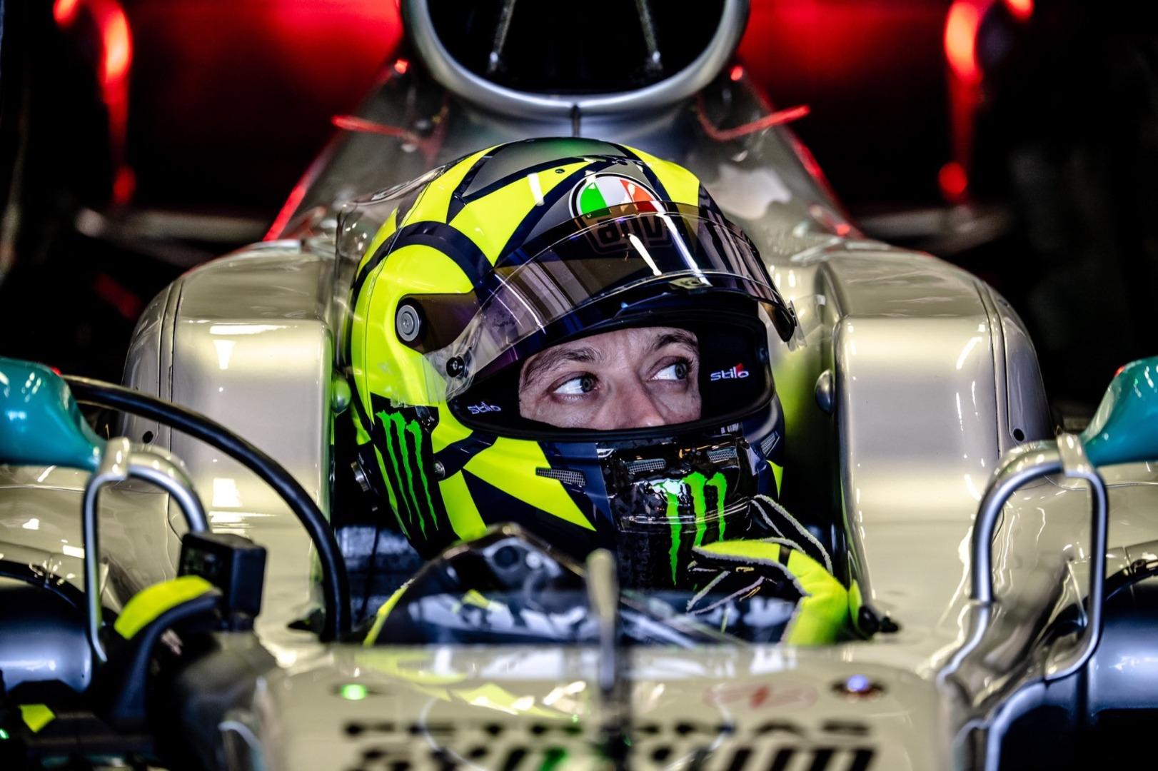 Valentino Rossi y Lewis Hamilton intercambian monturas