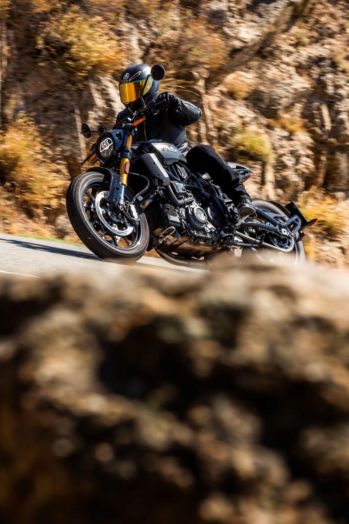 La Indian FTR 1200 es una moto diferente a lo que el mercado ofrece en el segmento deportivo, con un estilo que proviene de las motos de carreras dirt track americanas con las que la marca domina el campeonato AMA americano.