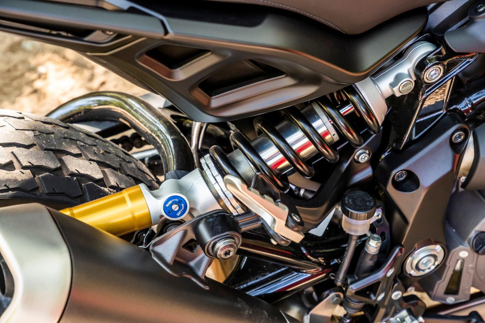 El basculante tubular es una de las señas de identidad de este modelo y tiene anclado en su lateral derecho el amortiguador Sachs de botella separada y totalmente regulable con suma facilidad.