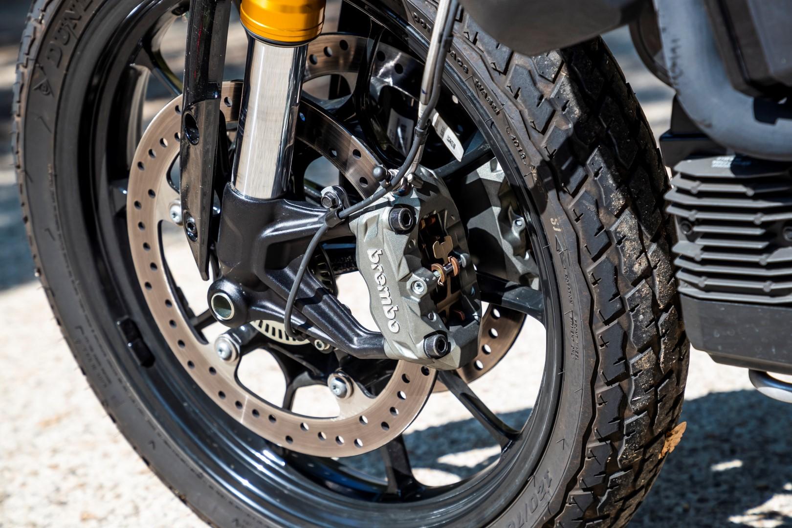 El tren delantero incluye una horquilla invertida de buen diámetro y pinzas Brembo de anclaje radial, que forman un buen conjunto. Los neumáticos son los Dunlop DT3-R, que son los que se usan en las carreras de flat track americanas, y que en esta versión homologada para la carretera tienen el mismo dibujo.