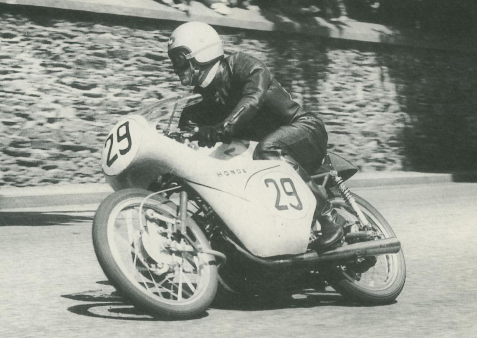 Naomi Taniguchi camino de la sexta posición en el Tourist Trophy de 1959.