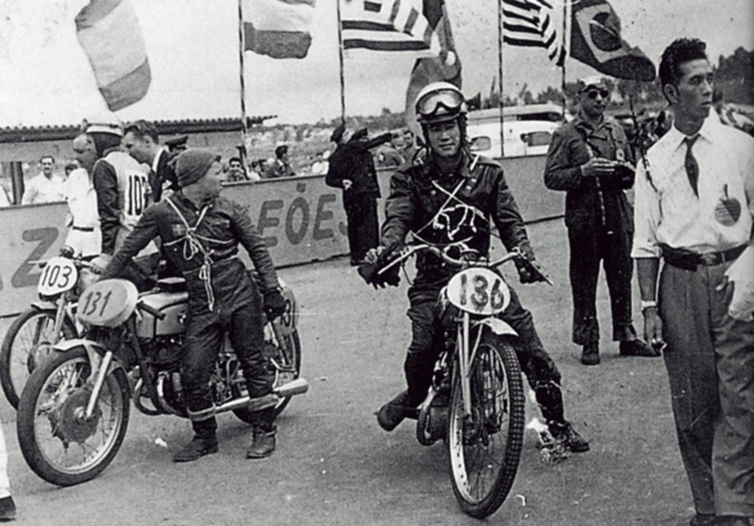 Omura (136) en la carrera de Sao Paulo de 1954