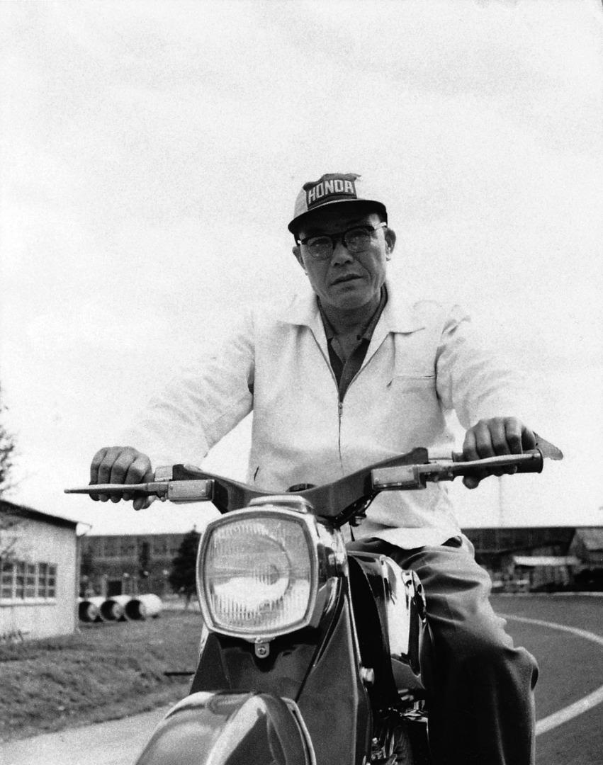 Soichiro Honda posa sobre una de sus motos.