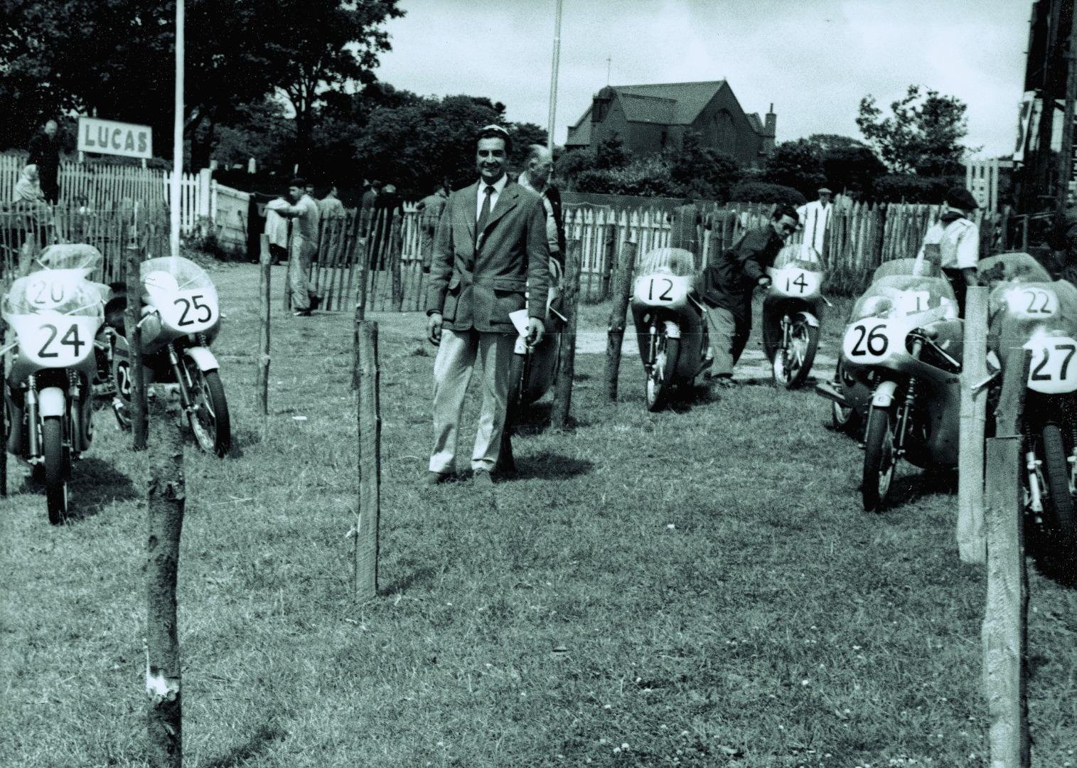 La formación Honda en su debut en el TT. El sonriente occidental es Bill Hunt.