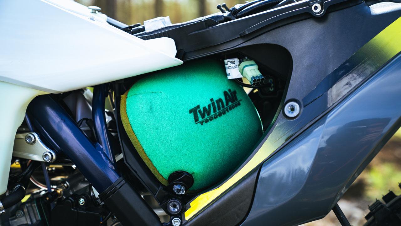 Comparativa enduro 2T: Husqvarna TE 300 i 2020 y KTM 250 EXC TPI 2020