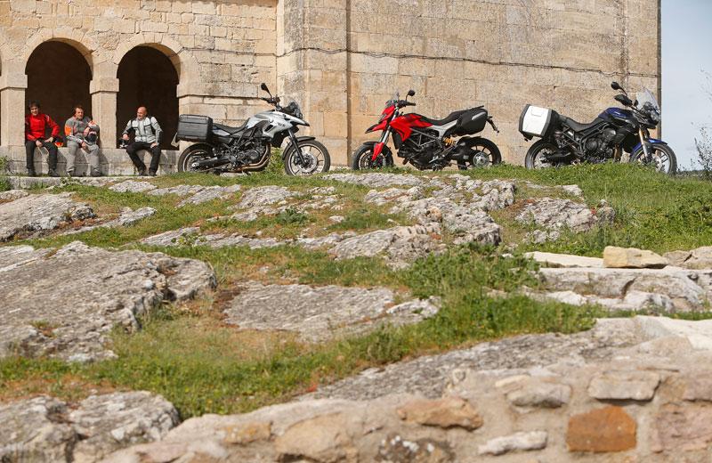 Comparativa trail: Ducati Hyperstrada, BMW F 700 GS y Triumph Tiger 800. Galería de fotos