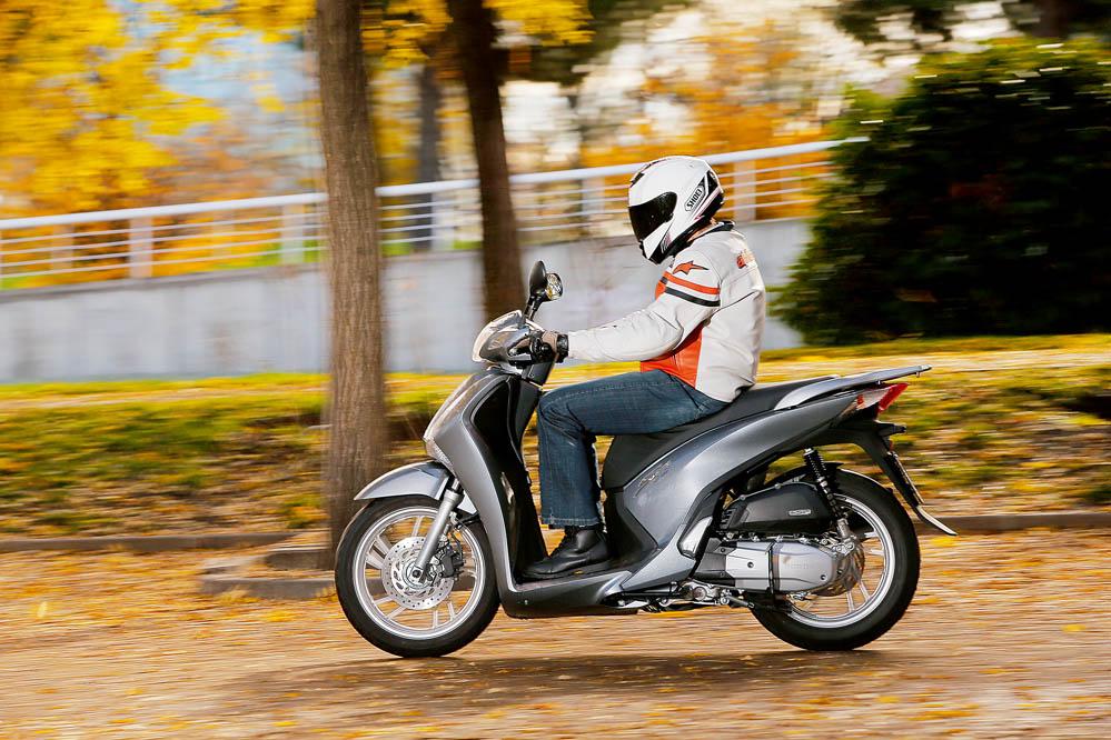 Comparativa: Honda PCX vs Honda Scoopy 125 ABS. Galería