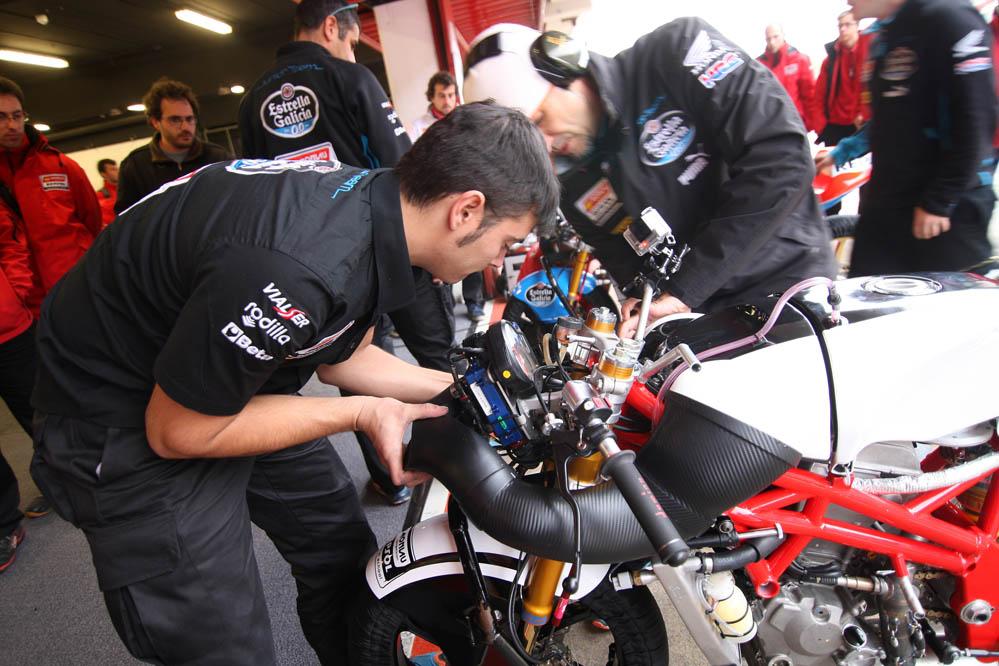 Fotos de la Moto3 de la Escuela Monlau