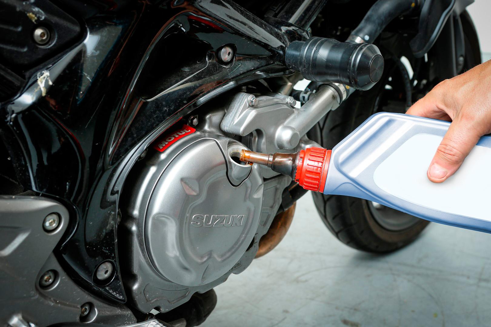 Cambiar el aceite del motor de tu moto. Paso 6