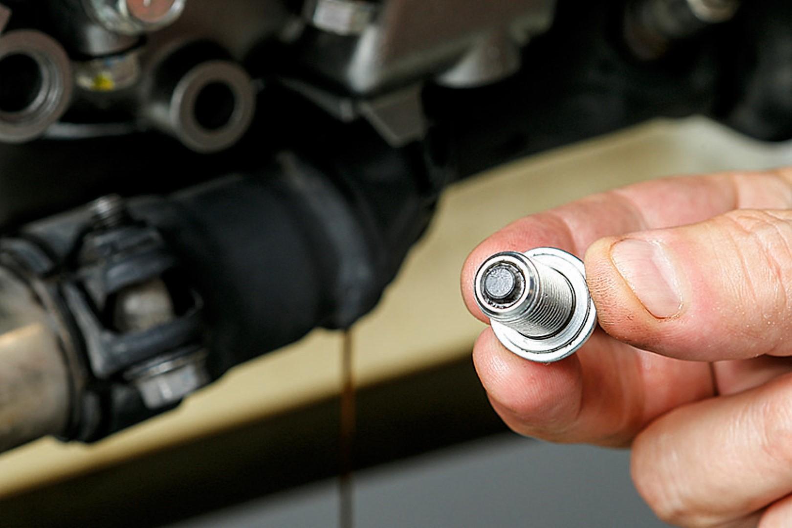 Cambiar el aceite del motor de tu moto. Paso 3