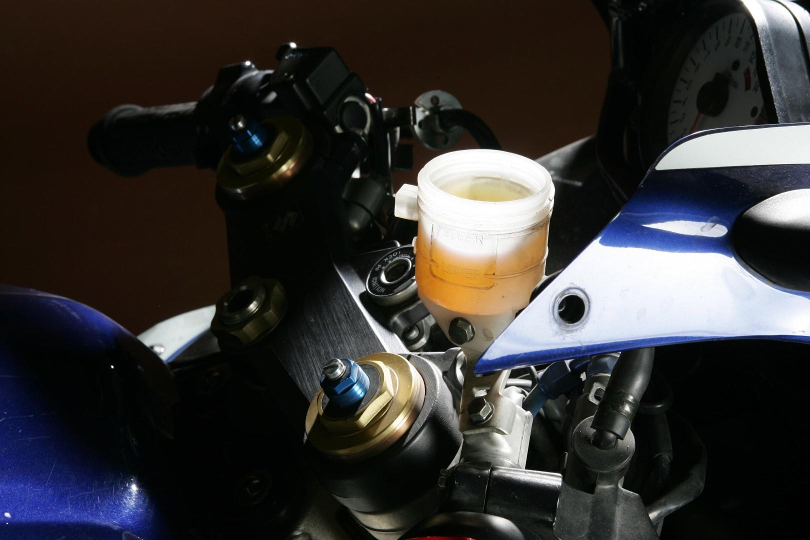 Cómo revisar el líquido de frenos de tu moto