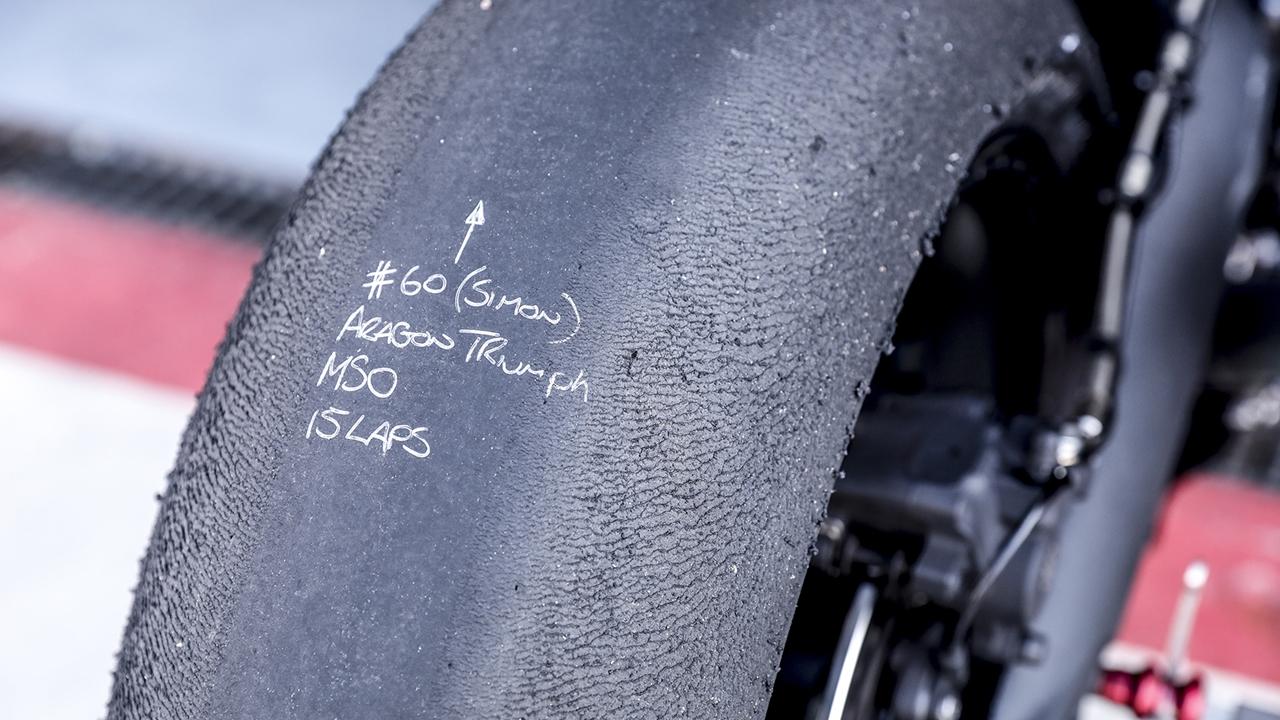 Julián Simón prueba el prototipo de Triumph, la Moto2 del futuro