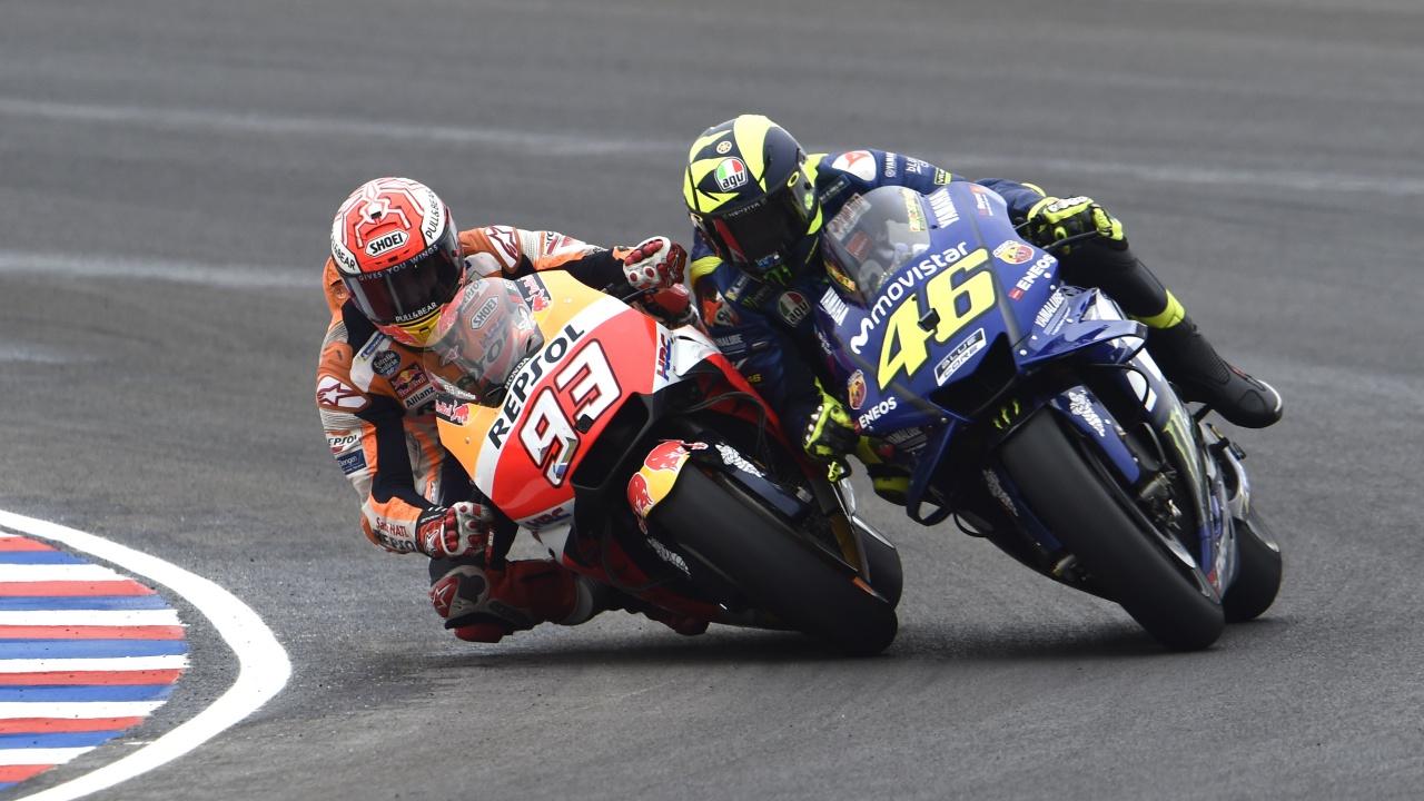 Marc Márquez tira a Valentino Rossi