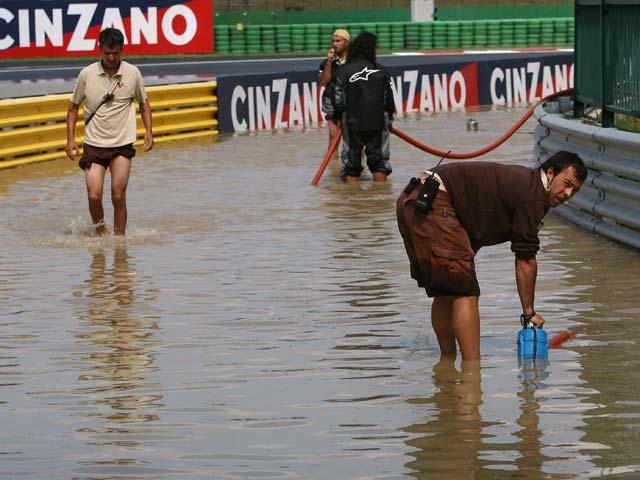 Lorenzo, Stoner y Passini prueban para mojado