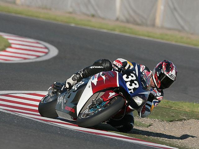 Checa, cerca de Yamaha y Corser, de Honda